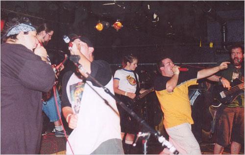 La banda y sus amigos rockearon en el escenario en 2003 y hicieron música en equipo.